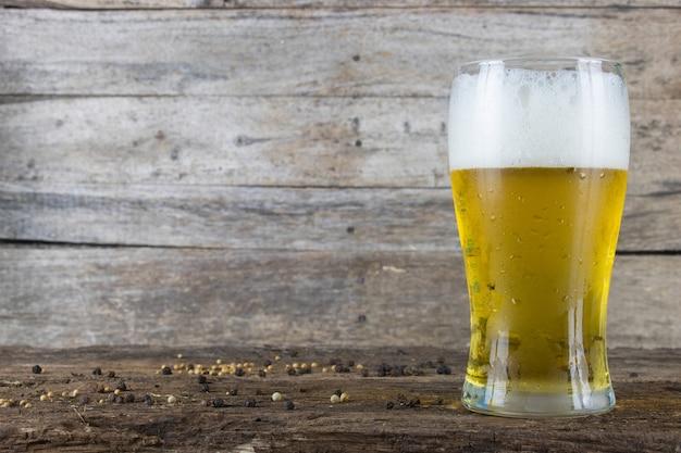 Cerveza fría en el fondo de madera de la tabla