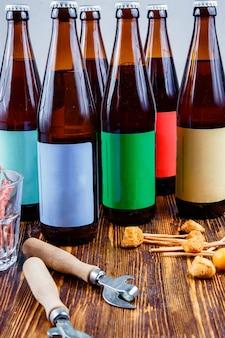 Cerveza kraft y aperitivos en una mesa de madera.