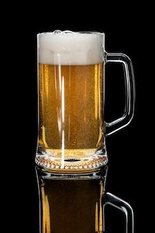 Cerveza lager en vaso sobre negro