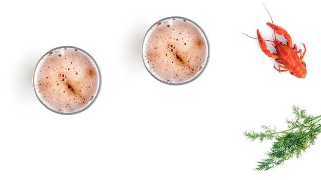 Cerveza con langosta hervida sobre un fondo blanco.