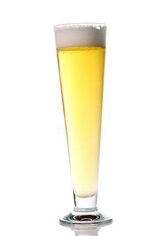 Cerveza ligera de barril fresca con espuma en un vaso