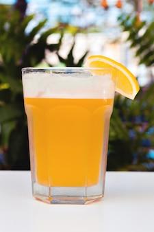 Cerveza ligera sin filtrar con espuma.