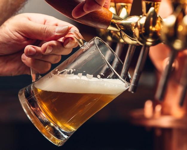 Cerveza ligera fresca en taza