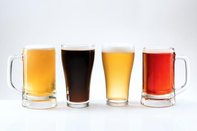 Cerveza mezclada en varios tipos de vasos