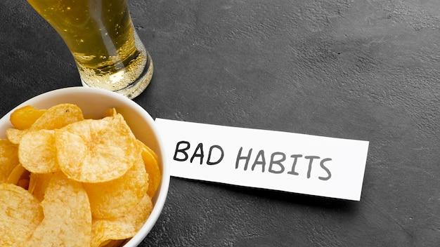 Cerveza y papas fritas malos hábitos