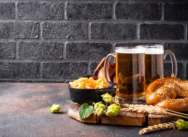 Cerveza, pretzels y comida bávara.