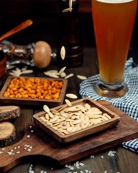 Cerveza puesta sobre la mesa