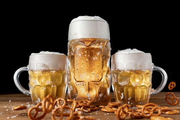 Cerveza tradicional bávara con pretzels en una mesa