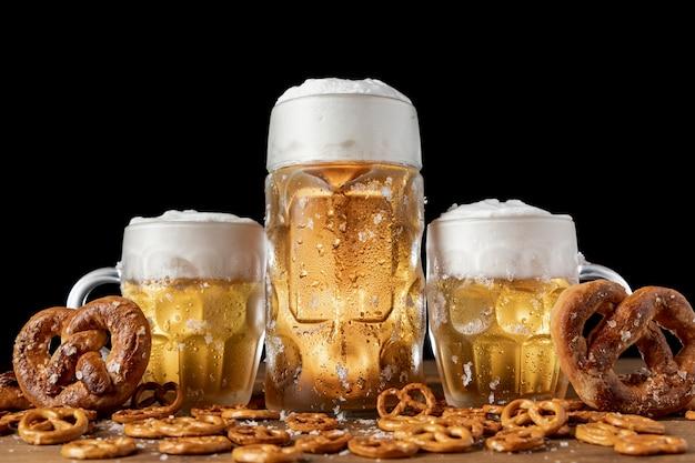 Cerveza tradicional bávara y pretzels en una mesa