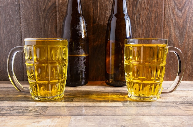 Cerveza vaso y botellas de cerveza en la mesa
