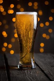 Cerveza en vaso sobre mesa oscura