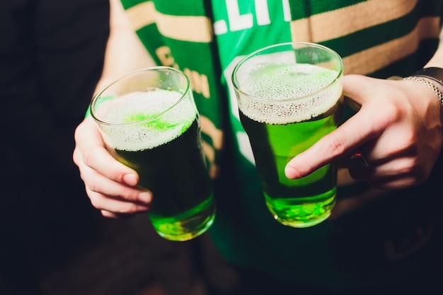 Cerveza verde para celebrar el día de san patricio