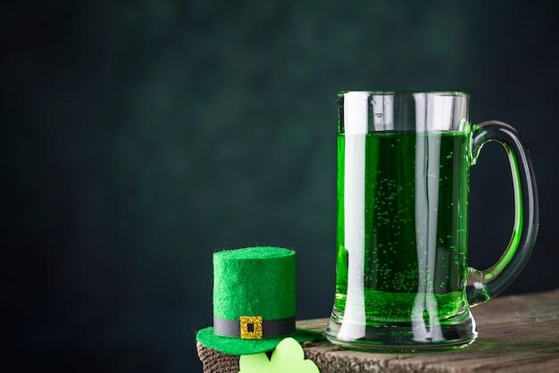 Cerveza verde del día de san patricio