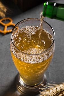 Cerveza vertiendo alto ángulo