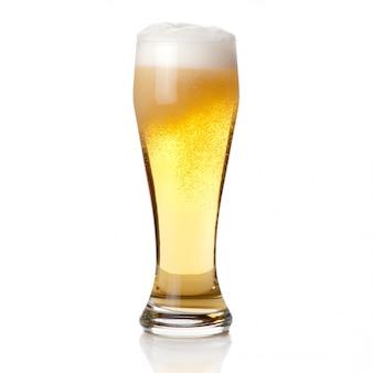 Cerveza en vidrio aislado en blanco