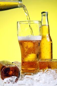 La cerveza se vierte en un vaso