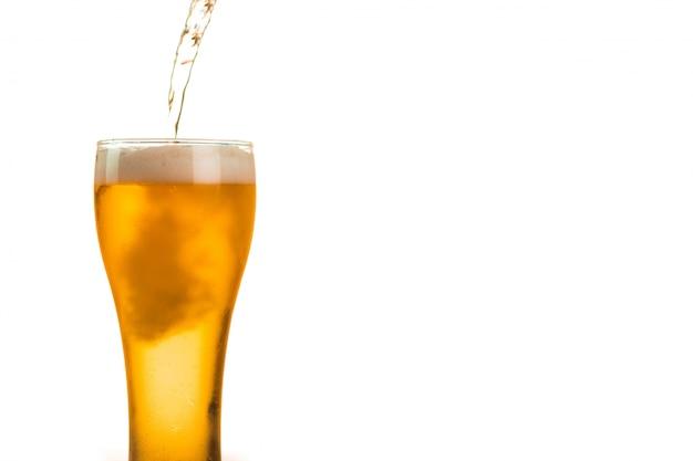La cerveza se vierte en el vaso