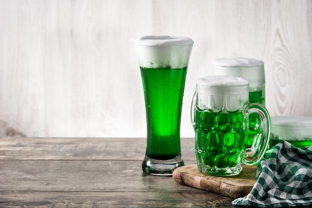 Cervezas verdes tradicionales del día de san patricio en espacio de copia de mesa de madera