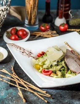 César clásico con filete de pollo y mezcla de verduras.