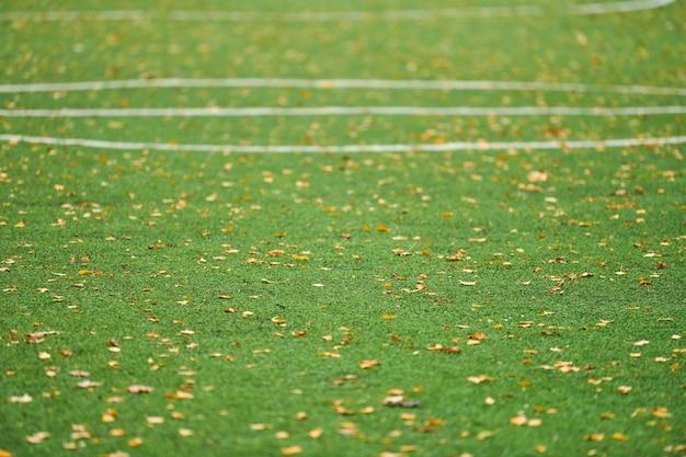 Césped artificial, cubierta de campo deportivo con señalización. césped artificial utilizado en diferentes deportes: fútbol, fútbol, rugby, tenis, béisbol, fútbol americano, golf, hockey sobre césped y otros.