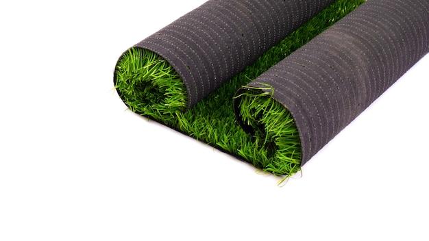 Césped verde artificial, césped aislado en blanco.