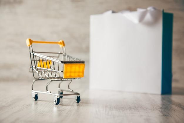 Cesta y bolsa de compras sobre la mesa