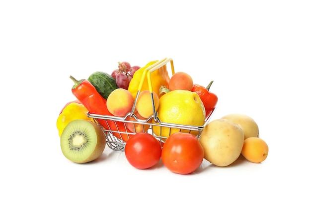 Cesta de la compra con verduras y frutas aislado sobre fondo blanco.