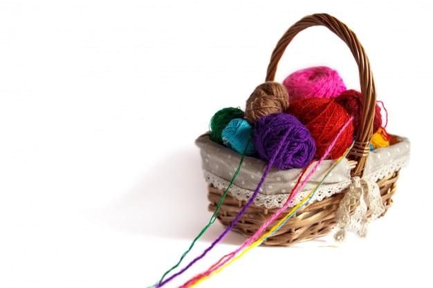 Cesta con enredos de colores para tejer