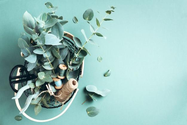 Cesta con flores de eucalipto, podadora de jardín, tijeras