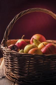 Cesta con frutas frescas