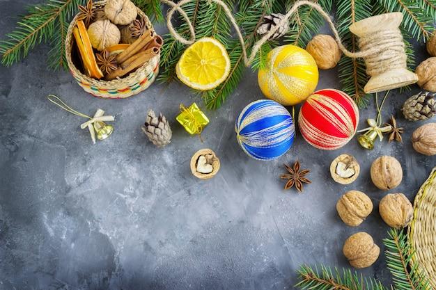 Cesta llena de atributos navideños y cajas de regalo en una oscuridad. composición navideña