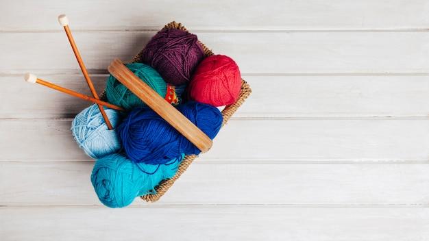 Cesta llena de bola de lana
