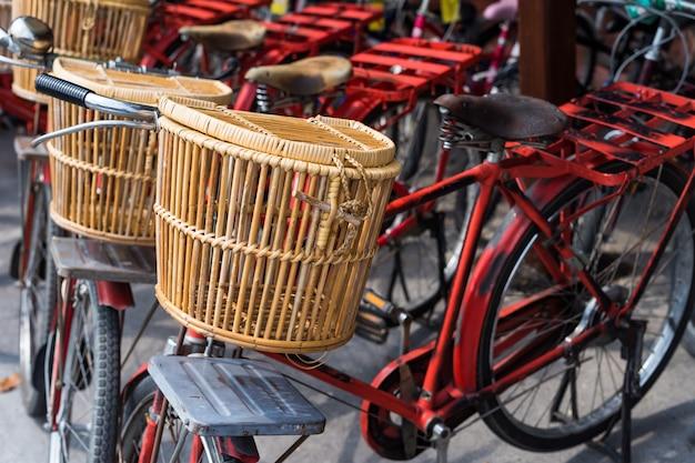 Cesta de madera en bicicleta roja