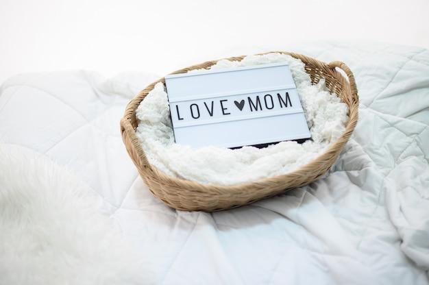 Cesta de madera con tela y letrero de amor de mamá