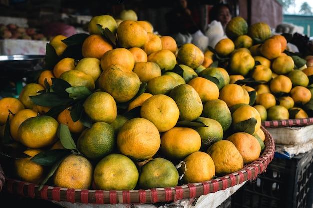 Cesta de mandarinas jugosas
