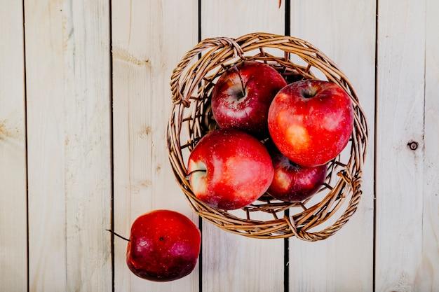 Cesta de manzana en vista superior de la mesa de madera
