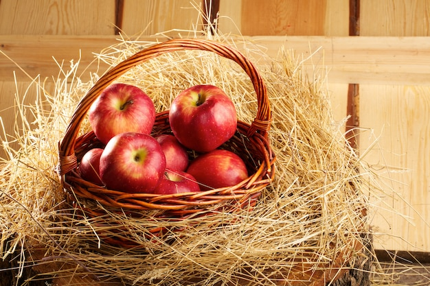 Cesta de manzanas frescas y rústicas