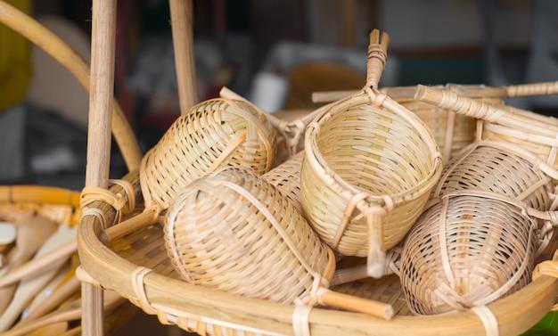 Cesta de mimbre de artesanía tailandesa.