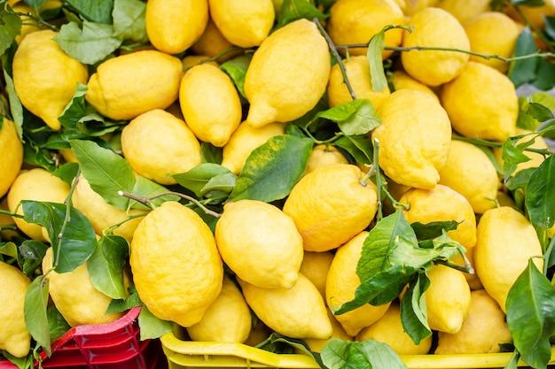 Cesta de mimbre llena de limones en la calle italiana od corniglia