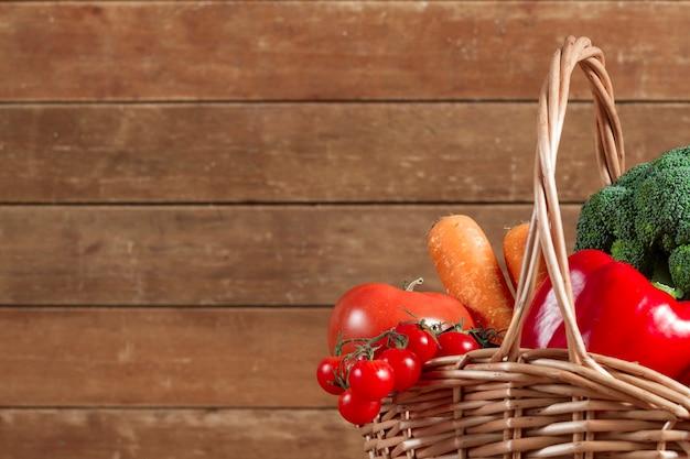 Cesta de mimbre con verduras saludables