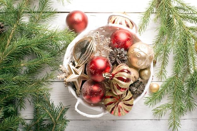 Cesta de navidad con adornos rojos y dorados