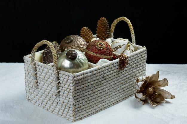Cesta navideña con decoración festiva de lujo