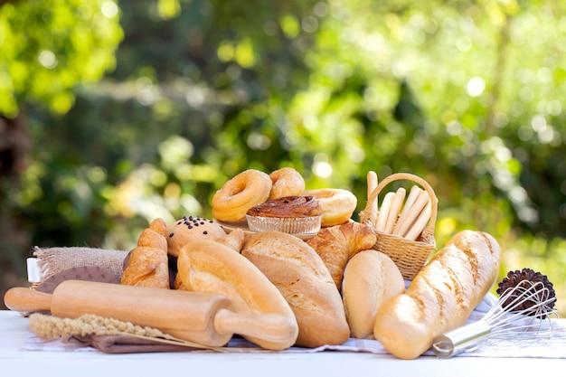 Cesta de pan puesta sobre la mesa en el jardín