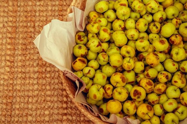 Cesta con pequeñas manzanas verdes de cerca