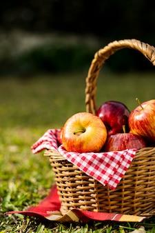 Cesta de picnic llena de manzanas