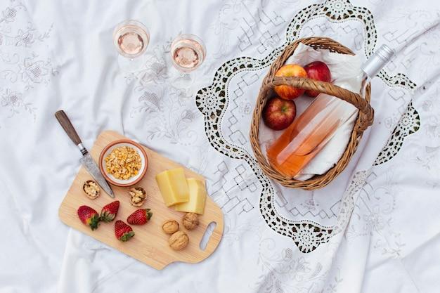 Cesta de picnic sobre tela blanca