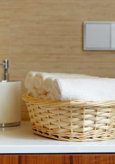 Cesta de primer plano de toallas de color blanco puro
