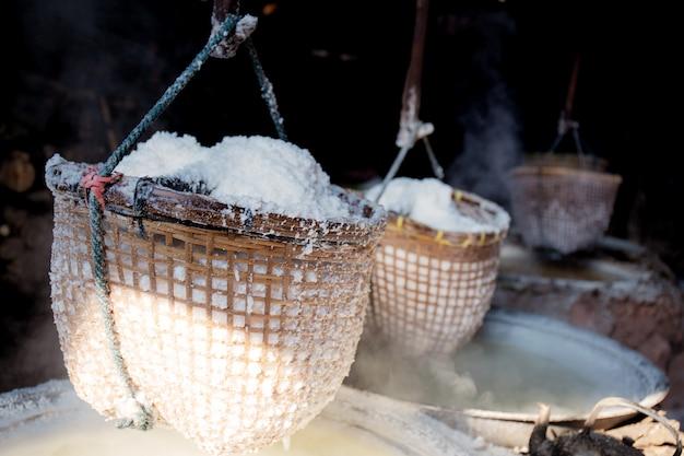 Cesta de sal colgando en casa.