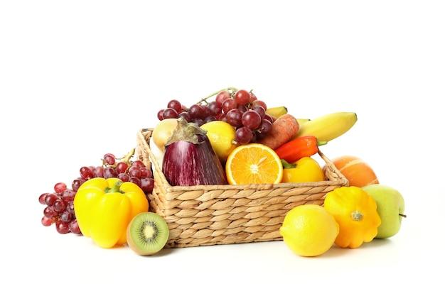 Cesta con verduras y frutas aislado sobre fondo blanco.