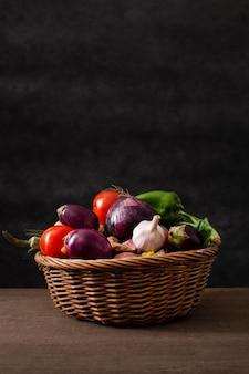 Cesta de vista frontal con mezcla de verduras